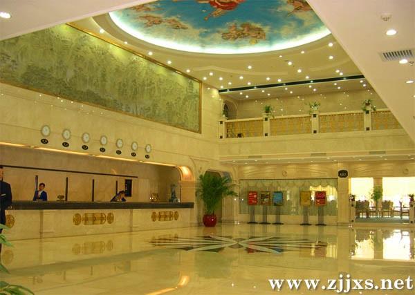 张家界蓝天大酒店于2004年8月1日开业,2005年8月1日正式荣膺四星,系中石化湖南省石油分公司与张家界军分区共同兴建的一家集客房、餐饮、娱乐为一体的涉外旅游四星级酒店。酒店开业以来,多次接待国家领导、省领导及各国外宾,并圆满地完成湖南省旅游产业大会、珠洽会、张家界市庆二十周年等多批VIP会议团队的接待任务。是省委、省政府和张家界市各行政机关、公司企业的指定接待单位。