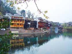 沱江吊脚楼图片