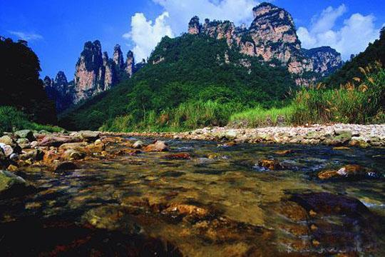 由张家界国家森林公园,索溪峪,天子山,杨家界等景区组成的武陵源风景